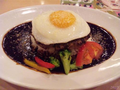 黒カレーのハンバーグロコモコ