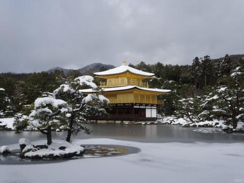 冬の金閣寺の雪景色