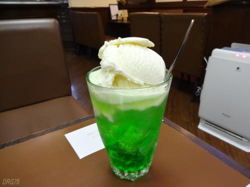 別府の喫茶なつめクリームソーダ